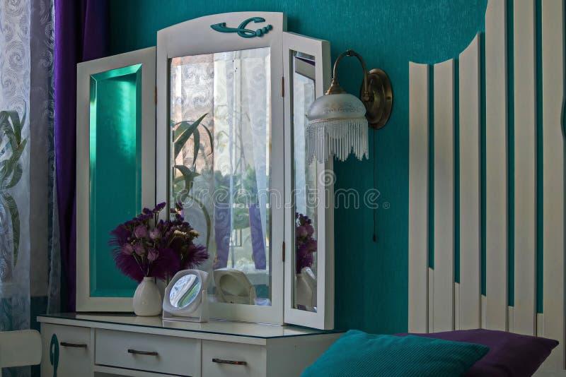 2 wnętrze Opatrunkowy stół, waza, lustro, sconce zdjęcia royalty free