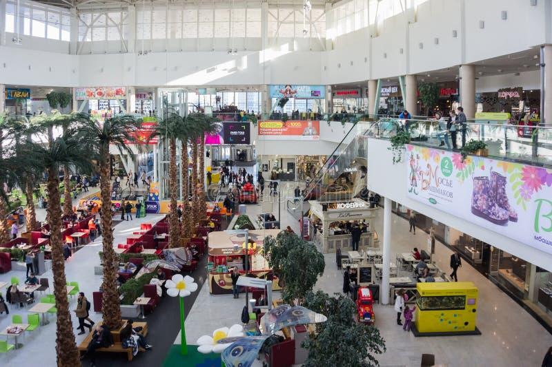 Wnętrze pierwsze piętro zakupy i rozrywki centrum z ludźmi, podczas godzin pracujących fotografia royalty free