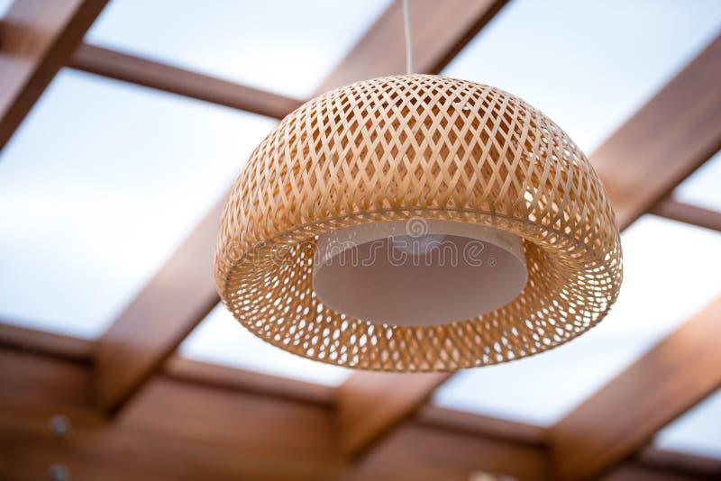 Wnętrze plenerowy taras z łozinową drewnianą podsufitową lampą zdjęcie royalty free