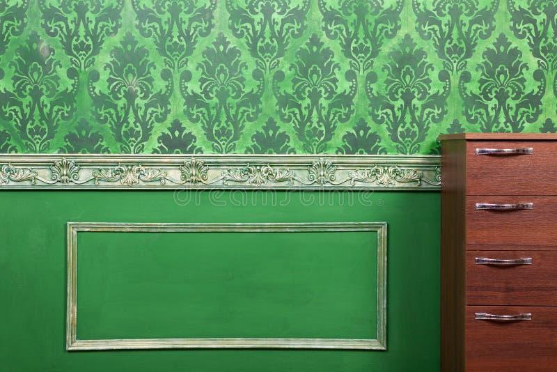 Wnętrze pokój malował w zieleni z roczników elementami obrazy stock