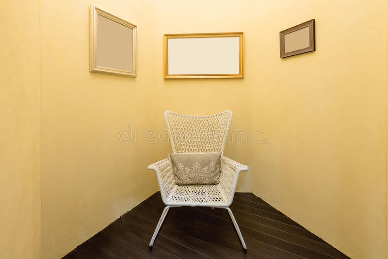 Wnętrze pokój z starym mody karłem wewnątrz i obrazek ramą zdjęcie stock