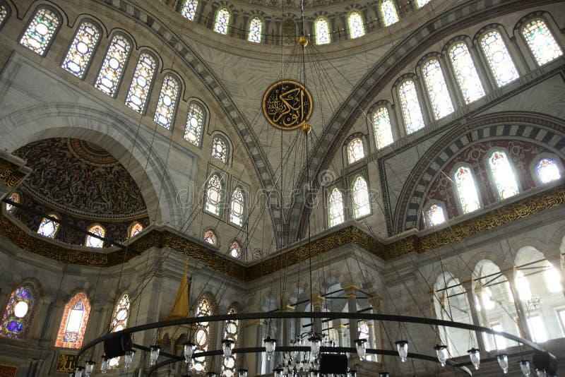 Wnętrze pokazuje Mihrab, marmur ścianę i witraży okno Nuruosmaniye meczet Nyżowych, zdjęcia stock