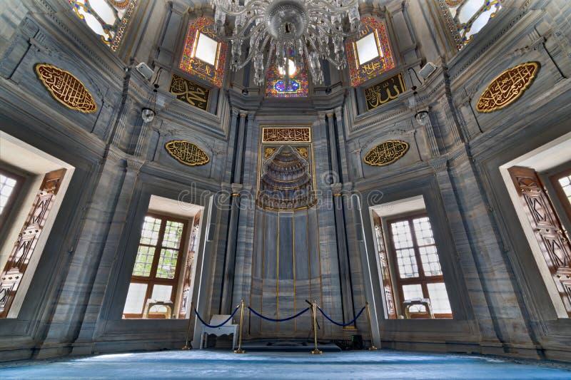 Wnętrze pokazuje Mihrab, marmur ścianę i witraży okno Nuruosmaniye meczet Nyżowych, Osmański baroku stylu meczet zdjęcie stock