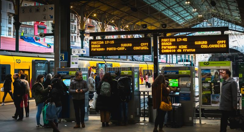 Wnętrze Porto dworzec dokąd ludzie chodzą na doku obraz royalty free