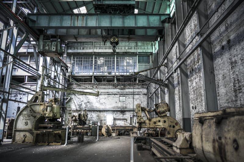 Wnętrze przemysłowe z ciężkim sprzętem i maszynami zdjęcie royalty free