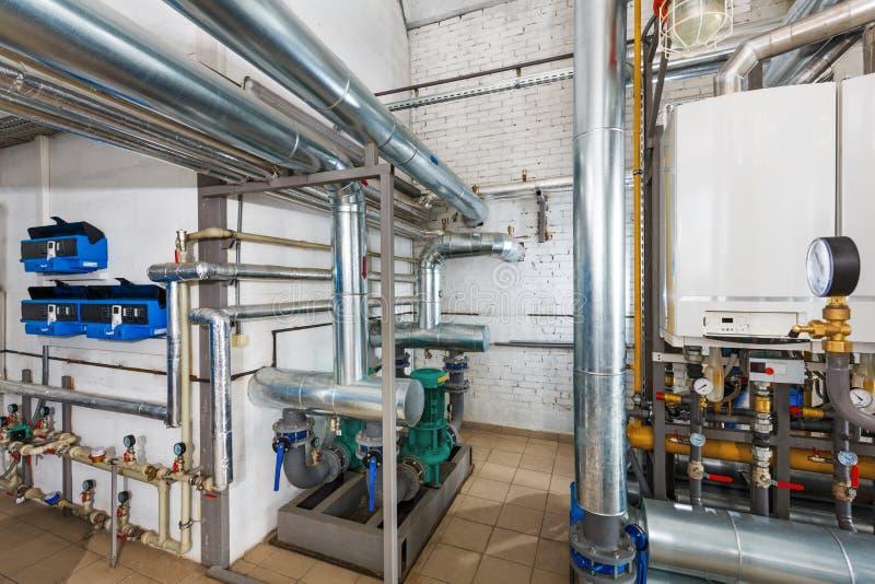 Wnętrze przemysłowy, benzynowy kotłowy dom z mnóstwo bojlerami a, zdjęcie stock