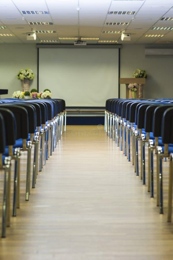 Wnętrze Pusta sala konferencyjna Z liniami błękitów krzesła w F zdjęcie stock