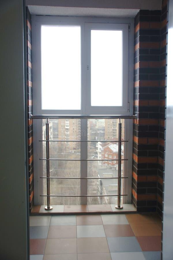 Wnętrze pusty mieszkanie z dużym okno zdjęcie stock