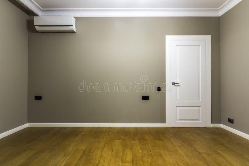 Wnętrze pusty pokój w nowym mieszkaniu po odświeżania zdjęcie stock