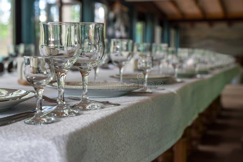 Wnętrze restauracja, kawiarnia Stoły z naczyniami, talerze, woks, noże, szkła i szkła, przygotowanie dla świętowania zdjęcia stock