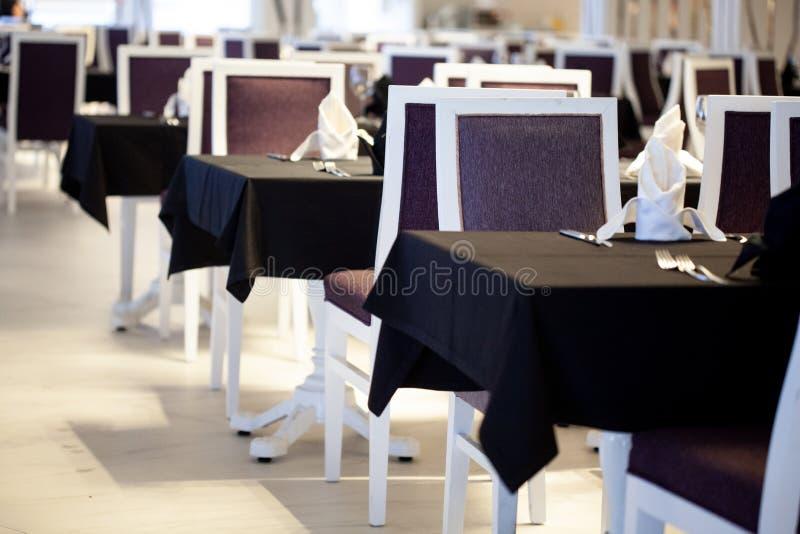 Wnętrze restauracja w czarny i biały kolorach zdjęcie royalty free