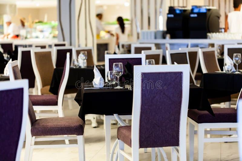 Wnętrze restauracja w czarny i biały kolorach fotografia royalty free