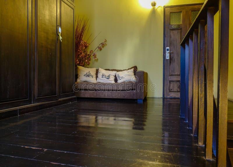 Wnętrze rocznika drewniany dom obrazy stock