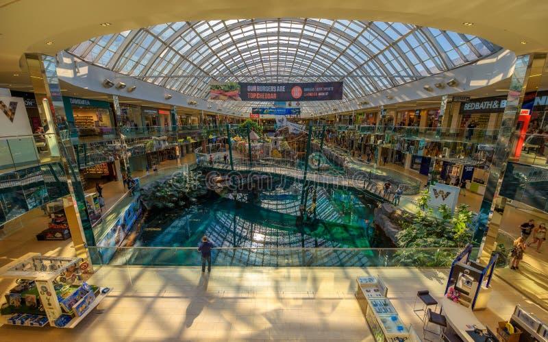 Wnętrze sławny Zachodni Edmonton centrum handlowe fotografia royalty free