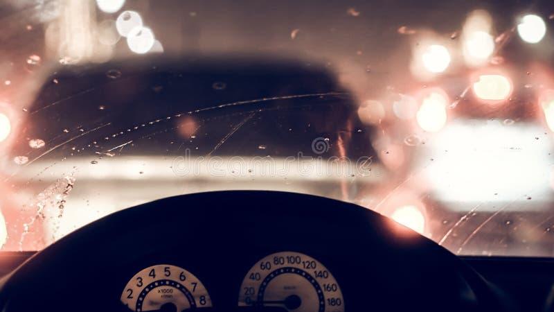Wnętrze samochód gdy deszcz plama światło na drodze w pada dniu obraz stock