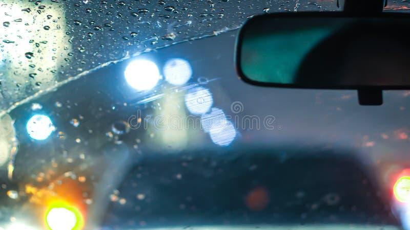 Wnętrze samochód gdy deszcz plama światło na drodze w pada dniu zdjęcia stock