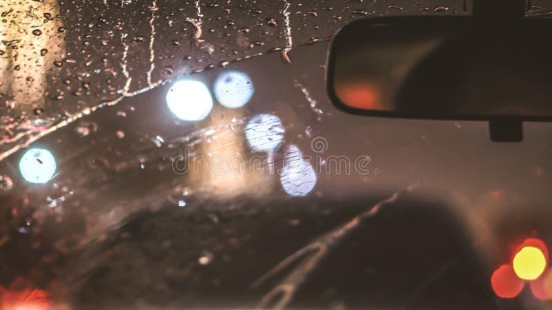 Wnętrze samochód gdy deszcz plama światło na drodze w pada dniu fotografia stock