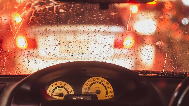 Wnętrze samochód gdy deszcz plama światło na drodze w pada dniu obrazy stock