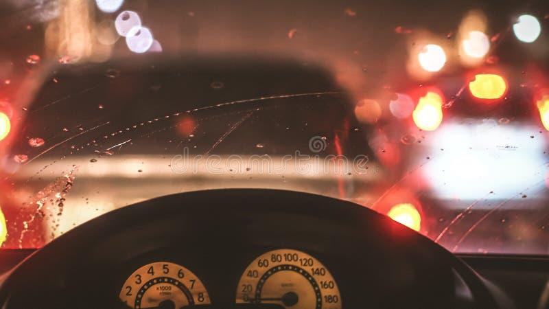 Wnętrze samochód gdy deszcz plama światło na drodze w pada dniu obrazy royalty free