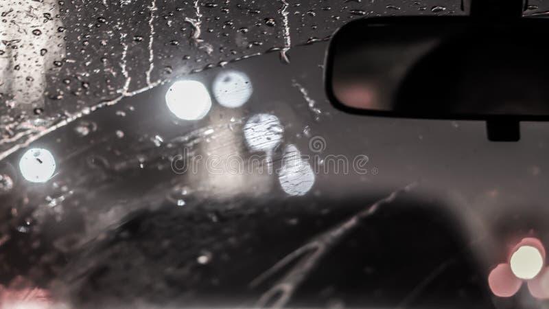 Wnętrze samochód gdy deszcz plama światło na drodze w pada dniu zdjęcie royalty free