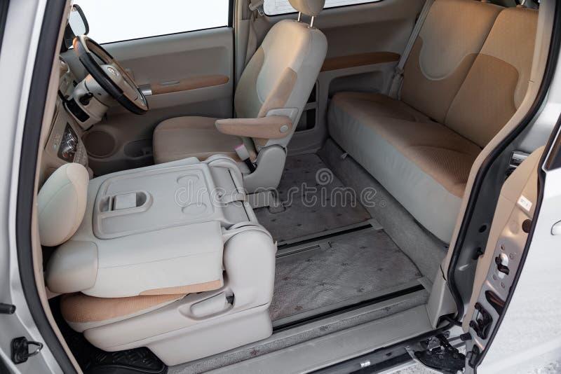 Wnętrze samochodowy Toyota Porte z tyłu furgonetki z szeroko otwarty drzwi i widok pulpit operatora, steruje zdjęcia royalty free