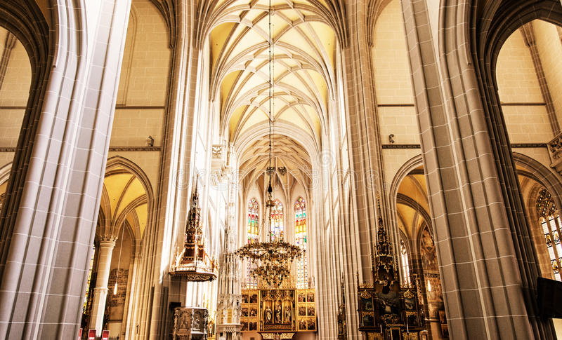 Wnętrze St Elisabeth katedra w Kosice, koloru żółtego filtr obraz royalty free