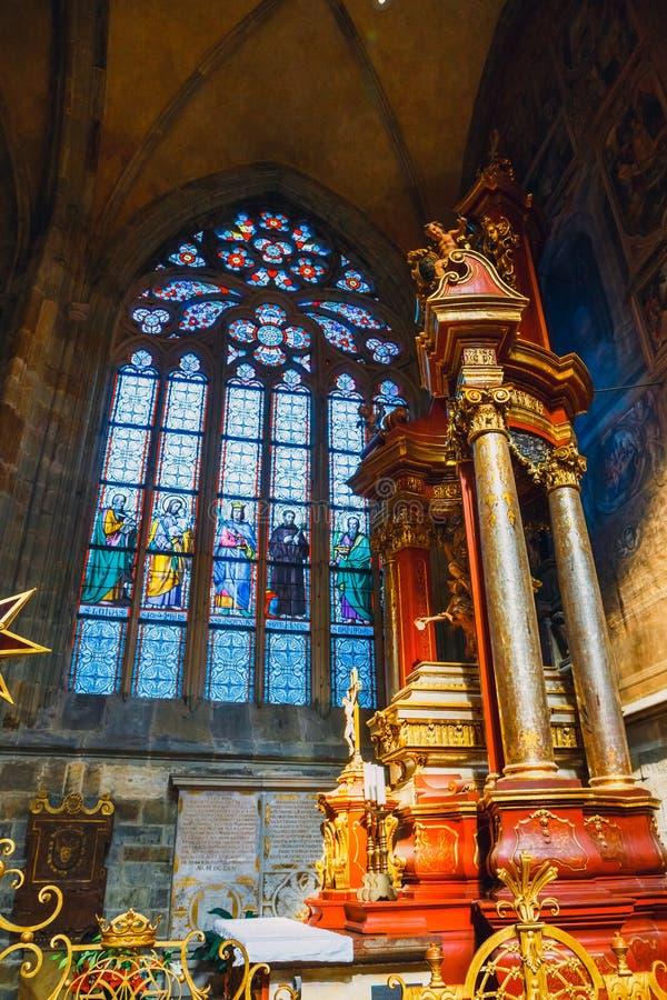 Wnętrze St Vitus katedra przy Praga kasztelem, republika czech zdjęcia stock