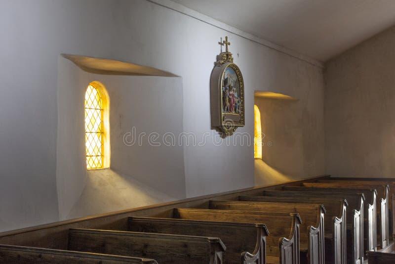 Wnętrze stary kościół w Barfleur w Normandy, Francja zdjęcie stock