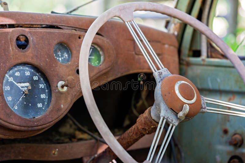 Wnętrze Stary Zaniechany Rdzewiejący rocznika samochód obraz stock