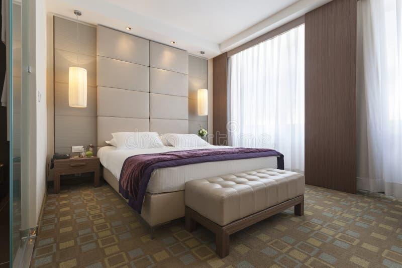 Wnętrze sypialnia w luksusowym mieszkaniu obraz royalty free