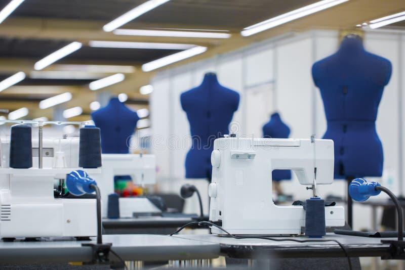 Wnętrze szaty fabryka Krawiectwo przemysł, projektanta mody warsztat, przemysłu pojęcie fotografia stock
