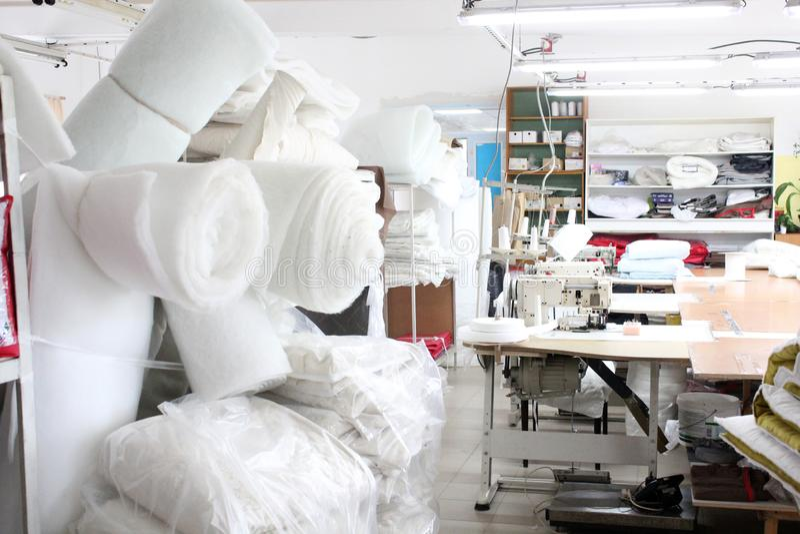Wnętrze szwalny fabryka sklep Zamknięty studio z kilka szwalnymi maszynami Szata przemys? Zamazana fotografia dla backgroun zdjęcia stock