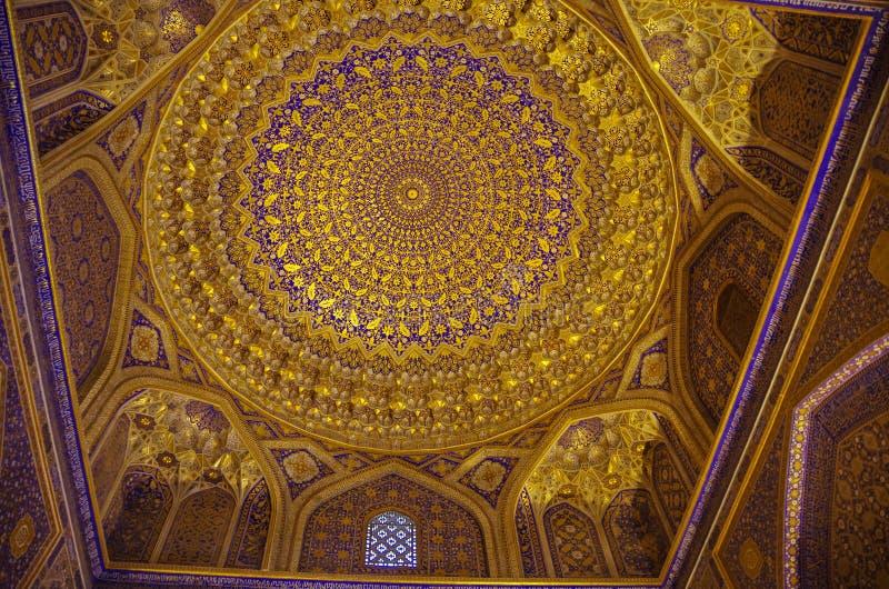 Wnętrze Tilya Kori meczet i Madrasah lokalizować w Registan zdjęcia royalty free