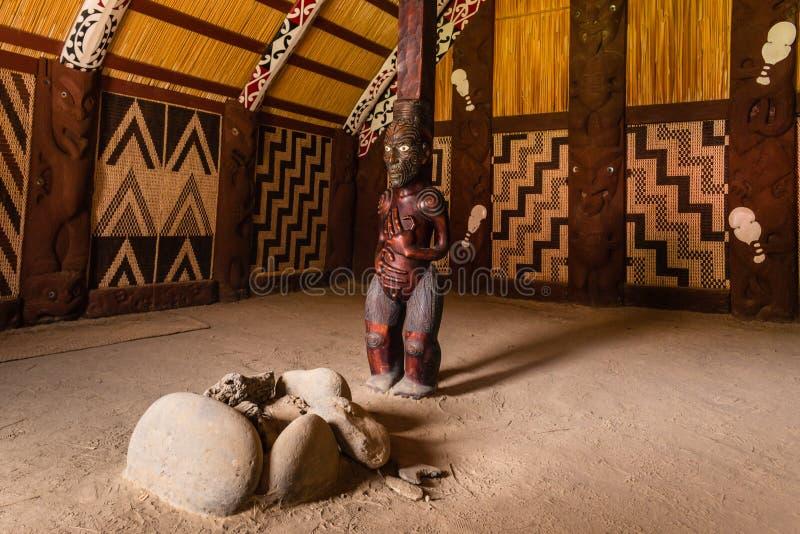 Wnętrze tradycyjny Maoryjski spotkanie dom - Marae zdjęcia royalty free