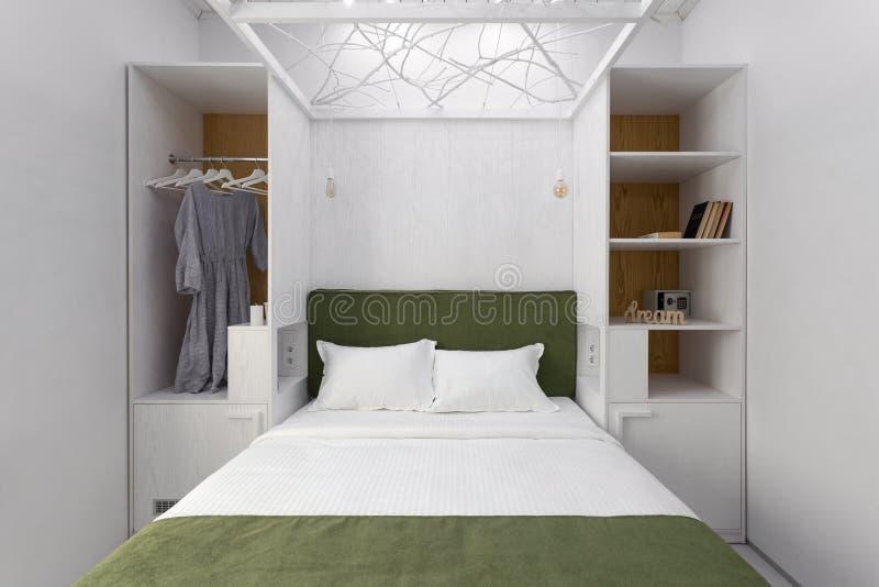 Wnętrze w kolorach białozielonych, minimalizm podwójne łóżko, komfort w sypialni Jasne wnętrze, skandynawskie fotografia royalty free