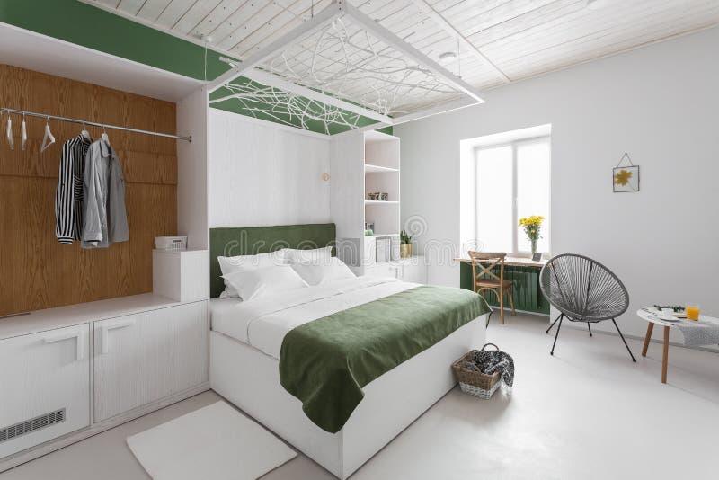 Wnętrze w kolorach białozielonych, minimalizm podwójne łóżko, komfort w sypialni Jasne wnętrze, skandynawskie zdjęcie stock