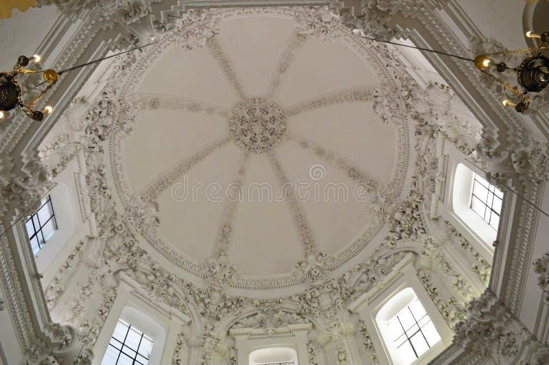 Wnętrze - w zawiły sposób ozdobna dekoracja domed na białym stropujący Mezquita cordobę, Andalucia, Hiszpania zdjęcia royalty free
