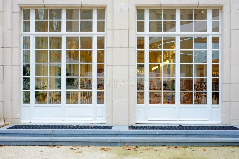 Wnętrze widzieć z zewnątrz okno restauracja zdjęcia stock