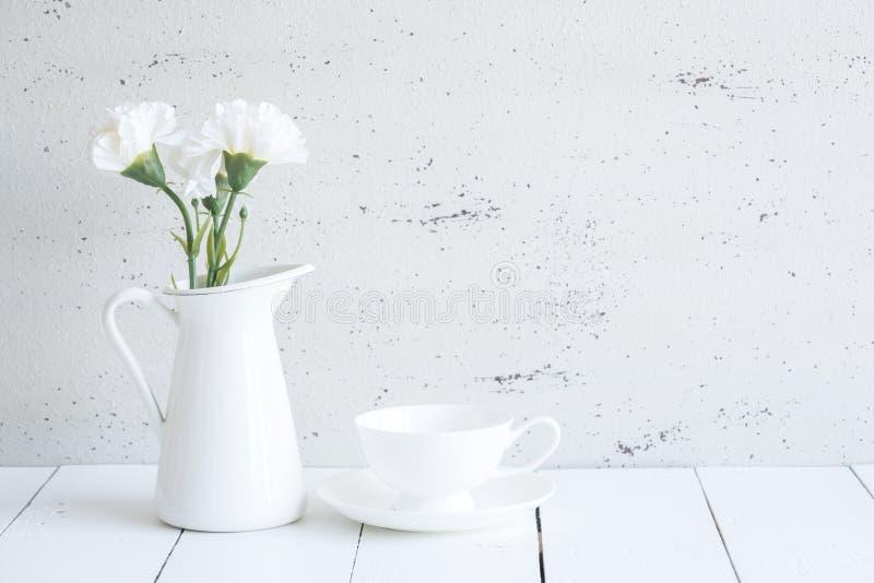 Wnętrze z dekoracyjną wazą i filiżanką herbata na stołowym wierzchołku i wh obraz royalty free