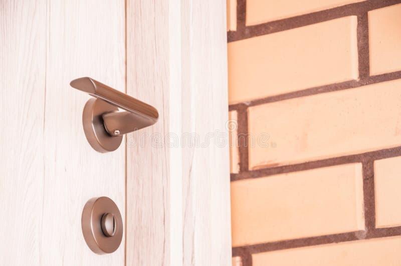 Wnętrze z kombinacją biali drewniani drzwi i beżowe dekoracyjne cegły obrazy royalty free