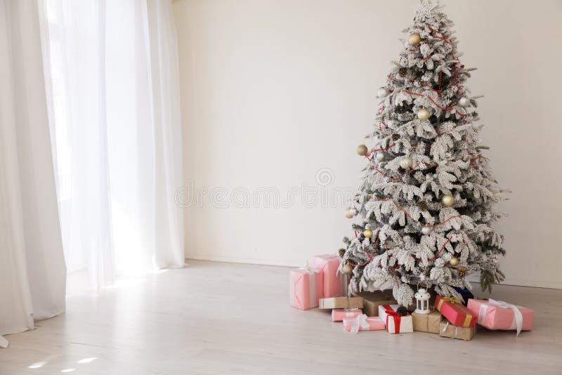 Wnętrze zaświeca choinki girlandy nowego roku wakacyjnych prezentów bielu domu wystrój obrazy stock