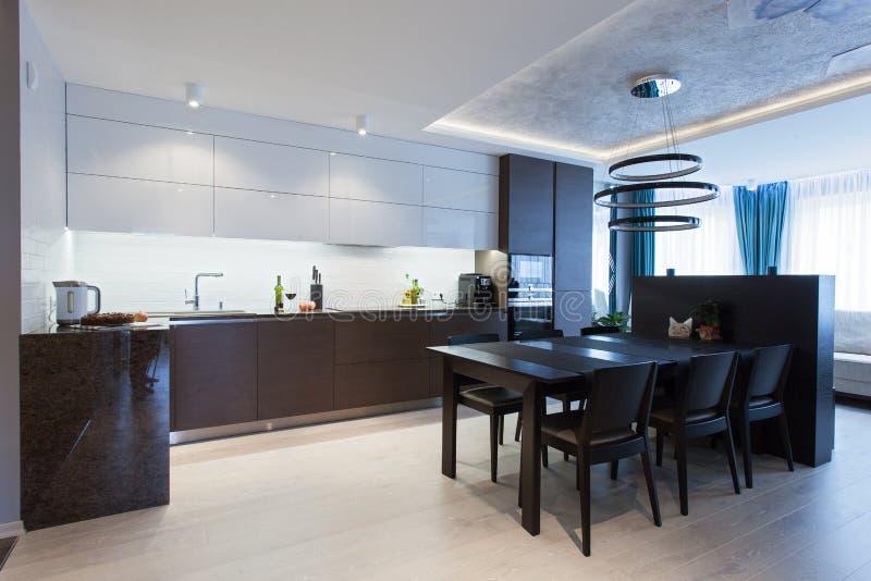 Wnętrze zaawansowany technicznie kuchnia obrazy stock