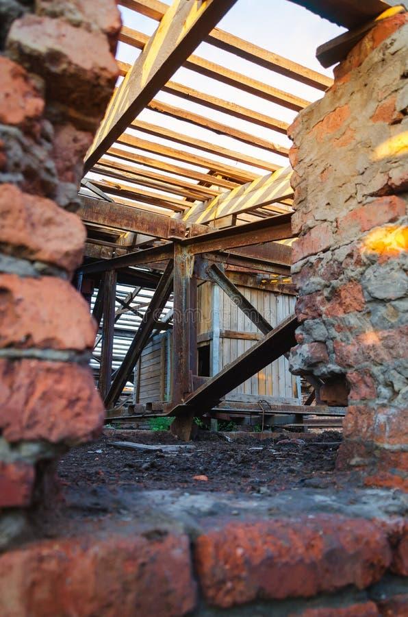 Wnętrze zaniechany administracyjny budynek Wewnętrzne ruiny przemysłowa fabryka zdjęcia royalty free