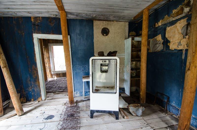 Wnętrze zaniechany budynek blisko górnika zachwyta, Wyoming, poprzedni górniczy huku miasteczko obraz royalty free