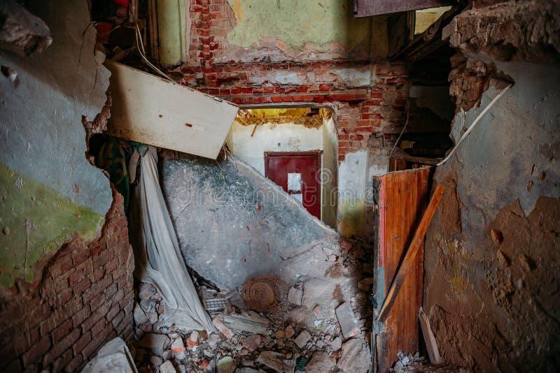 Wnętrze zrujnowanego opuszczonego domu zdjęcia royalty free