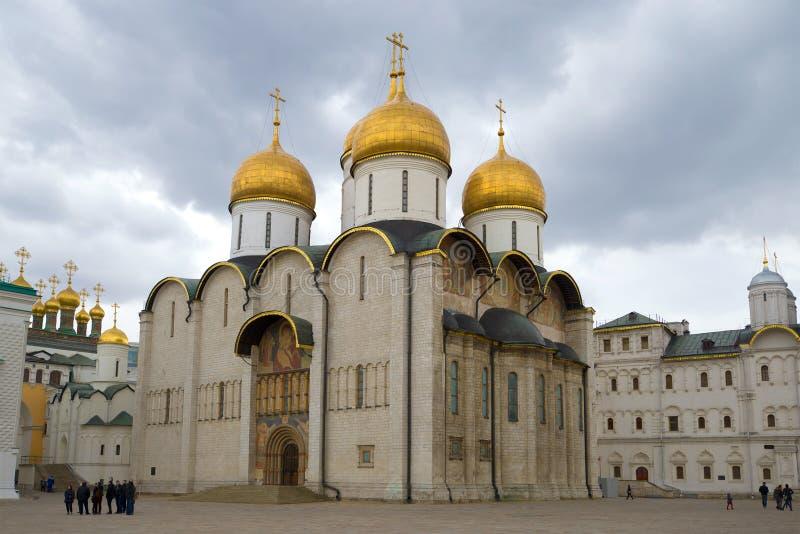 Wniebowzięcie katedra Moskwa Kremlin w ponurym Kwietnia popołudniu moscow Rosji zdjęcie royalty free