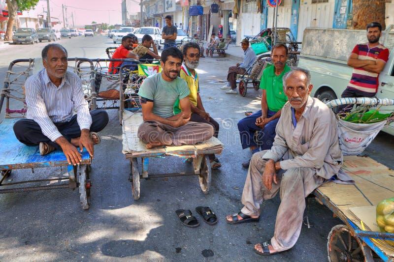 Wnioskodawcy z Orientalnym bazaru odpoczynku obsiadaniem na ręce furmanią zdjęcia royalty free