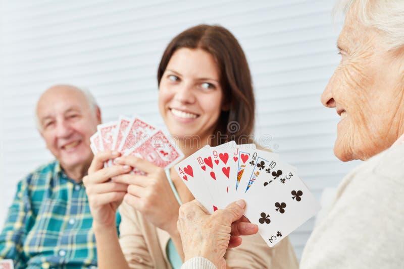 Wnuczka gra w karty z dziadkami zdjęcie royalty free