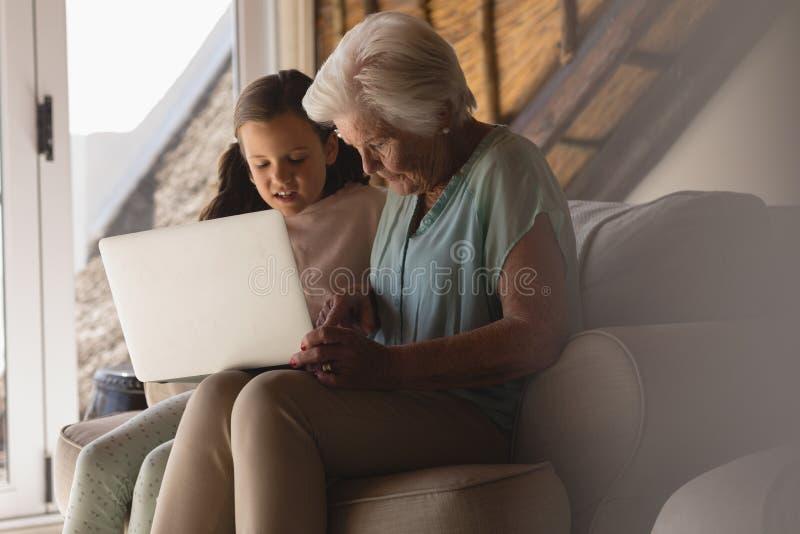 wnuczki babci laptopu używać fotografia royalty free