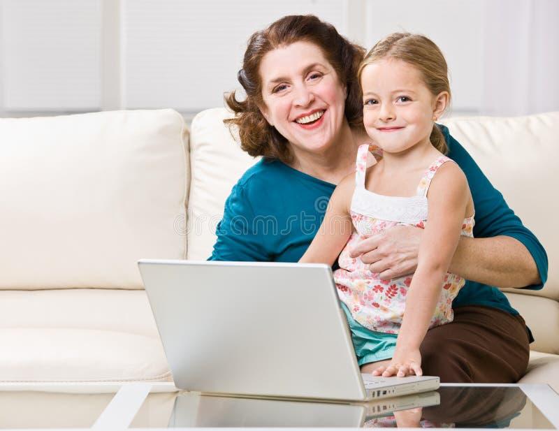 wnuczki babci laptopu używać obrazy royalty free